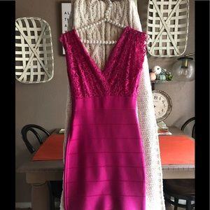 Bebe Lace Bandage Dress Body con Fuchsia Pink